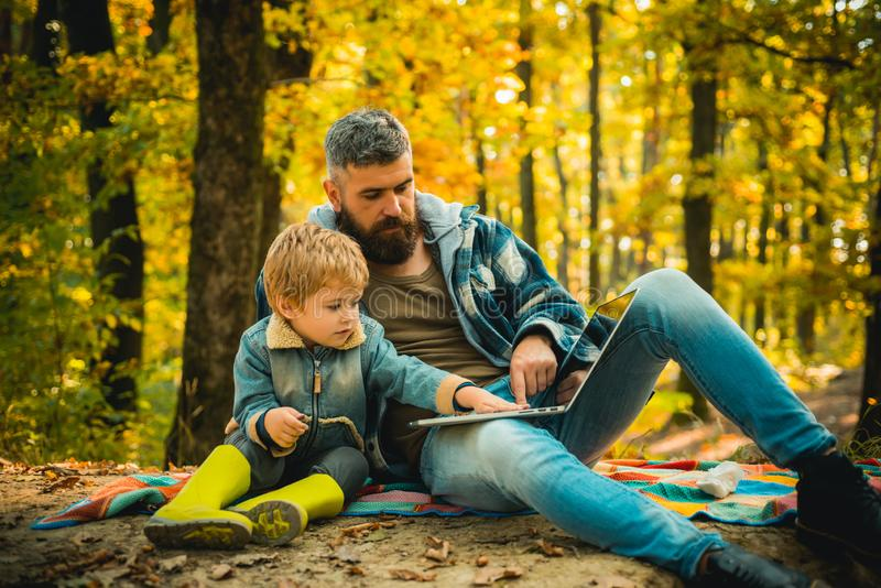 Elternteil unterrichten Baby Glücklicher Vater und Sohn mit dem Verbringen der Zeit im Freien im Herbstpark lachen Vati und Kind lizenzfreies stockfoto