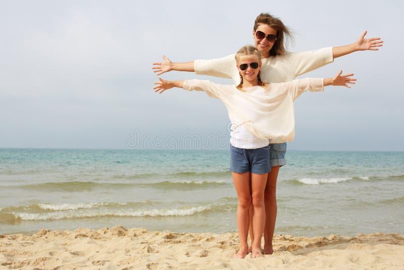 Elternzeit und Kinderruhe am Meer lizenzfreie stockbilder