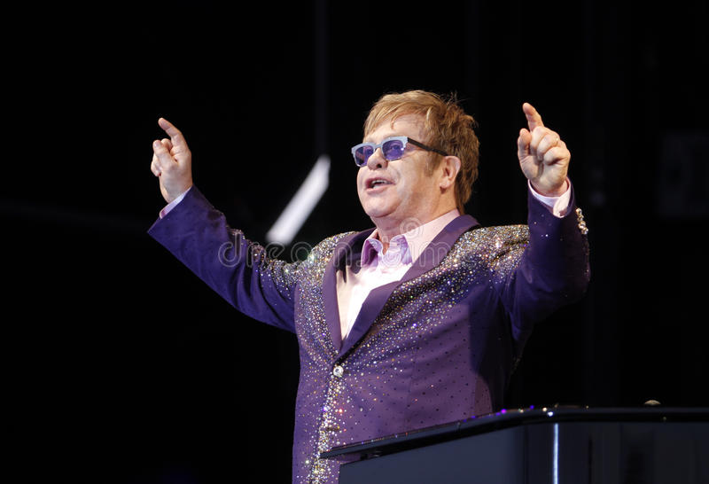 Elton John arma-se acima na fase imagens de stock royalty free
