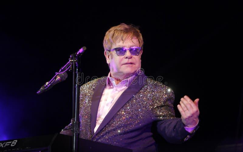 Elton John che gesturing al piano fotografia stock