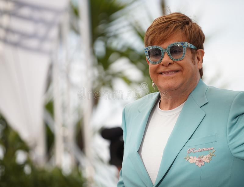 Elton John deltar i photocallen f?r royaltyfri foto