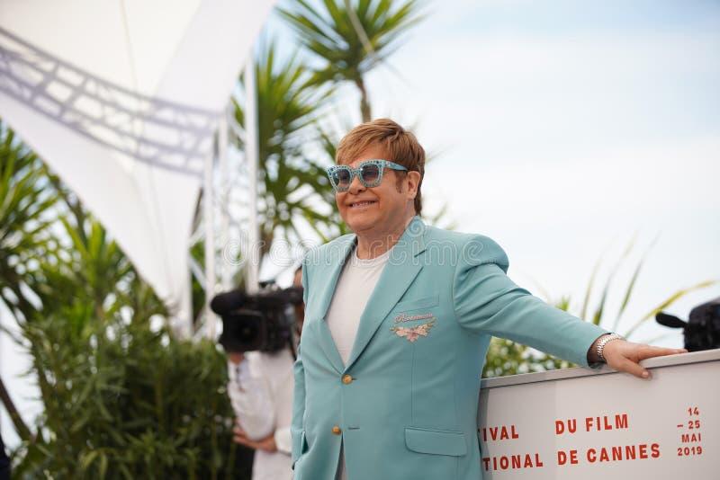 Elton John deltar i photocallen royaltyfria foton