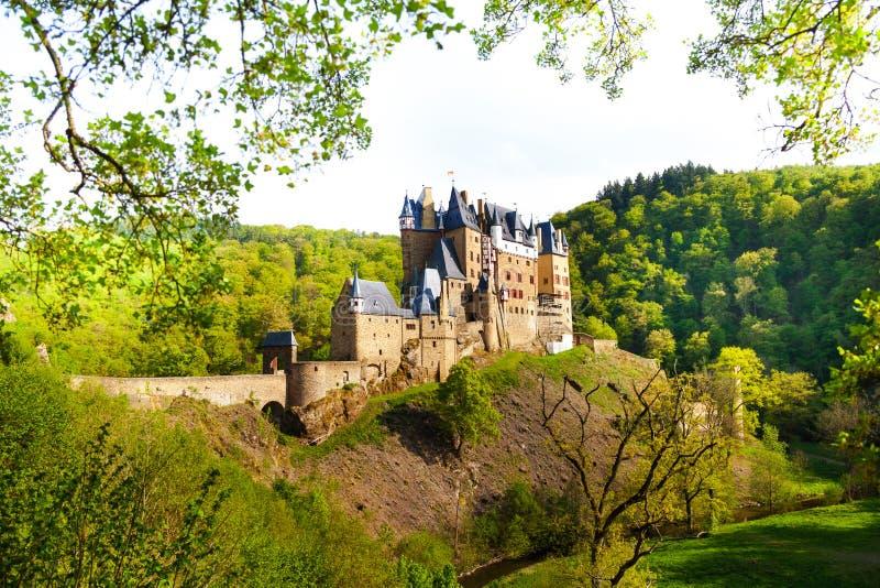 Eltz城堡侧视图从森林的 免版税库存照片