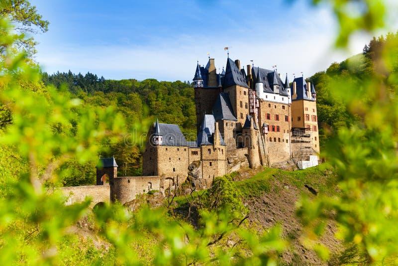 Eltz城堡在从森林的德国 免版税库存图片