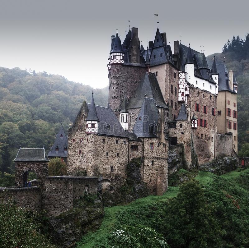 Eltz-Schloss in Deutschland an einem grauen regnerischen Tag stockfoto