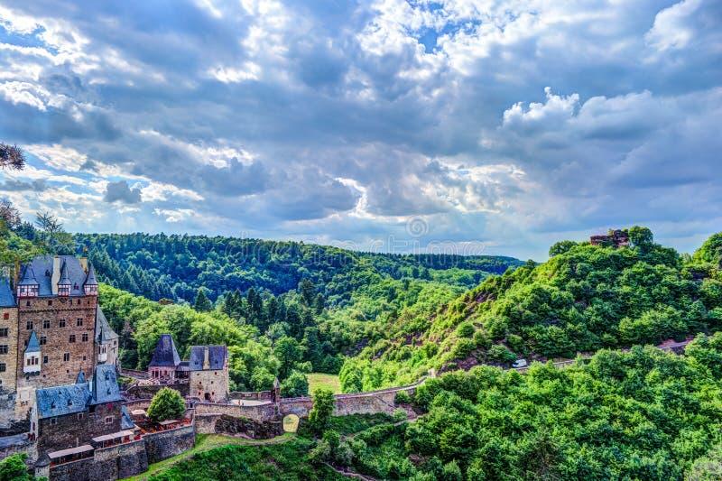 Eltz slott i Rheinland-Pfalz, Tyskland royaltyfri fotografi