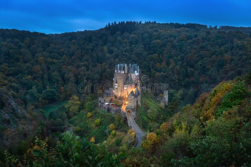 Eltz slott på skymning, Tyskland arkivfoto