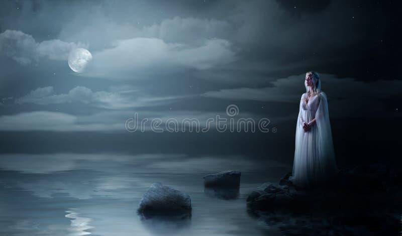 Elven-Mädchen auf Seeküste stockfotos