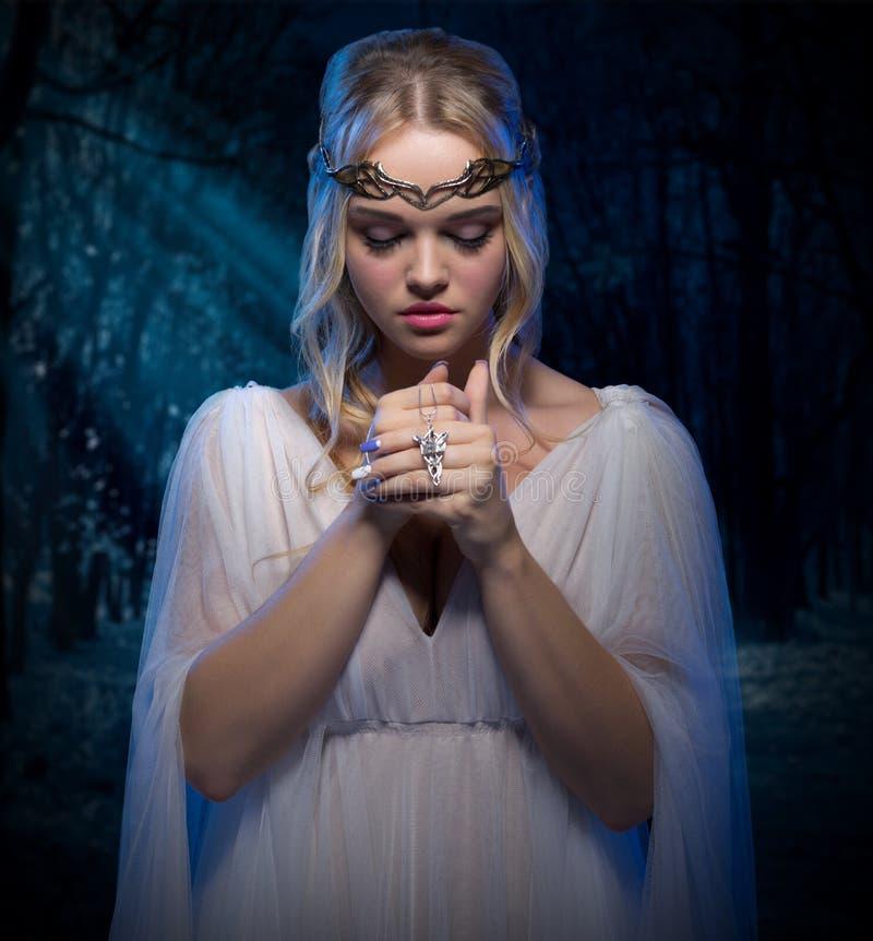 Elven-Mädchen im Wald lizenzfreies stockfoto