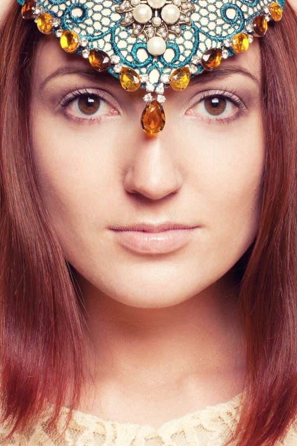 Elven-Mädchen mit Verzierungen auf ihrem Gesicht stockfotografie