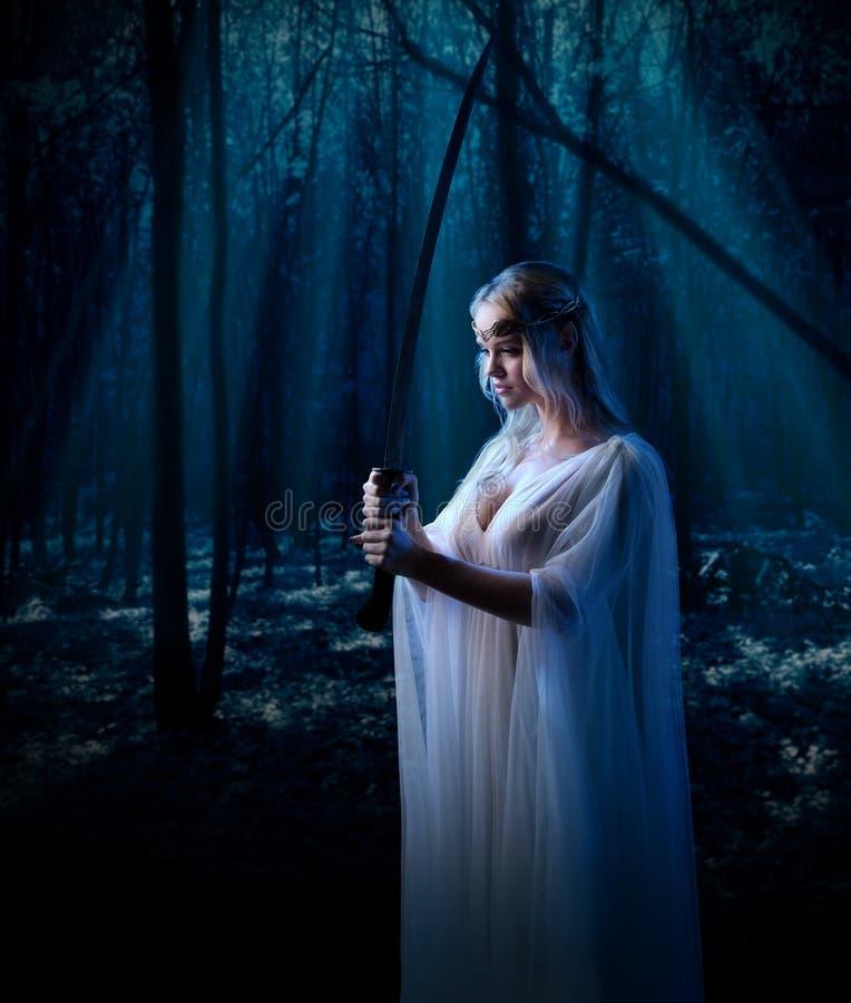 Elven-Mädchen am Nachtwald stockfoto