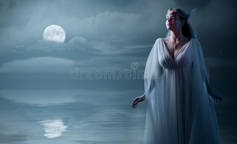 Elven-Mädchen am Seeufer stockfotos