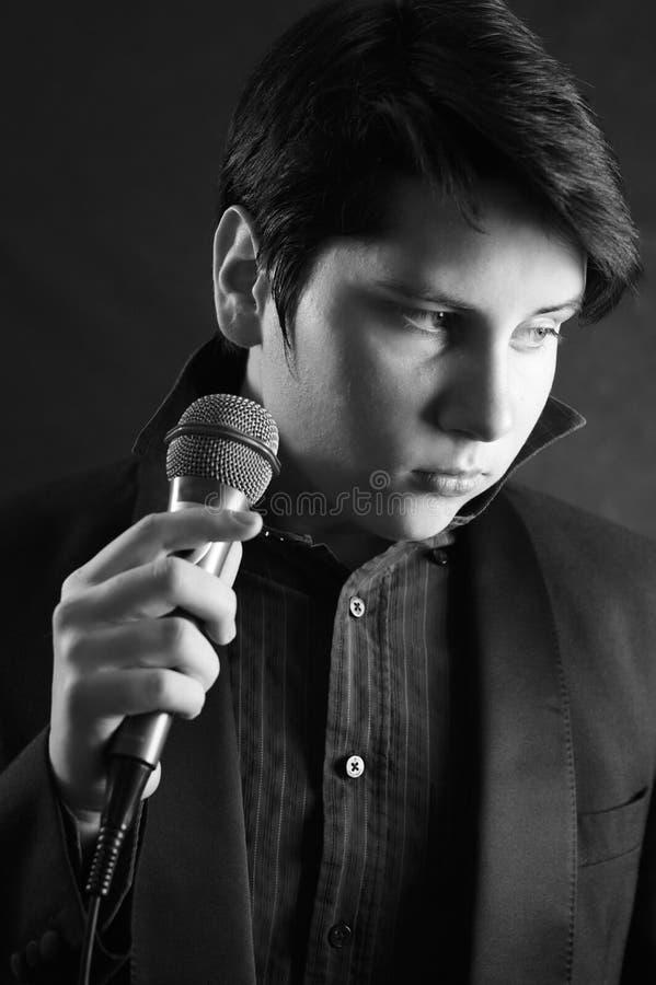 elvis英俊的人话筒歌唱家年轻人 库存图片
