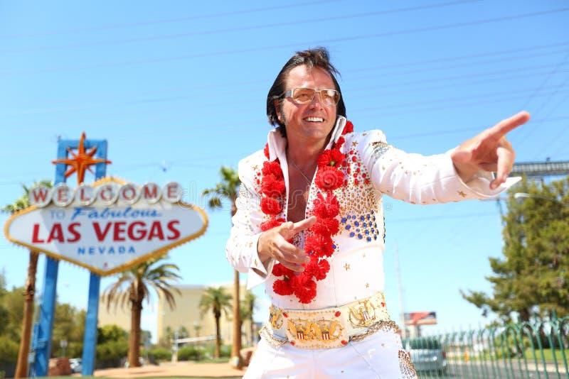 Elvis dubbelgångareimpersonator och Las Vegas tecken royaltyfria foton