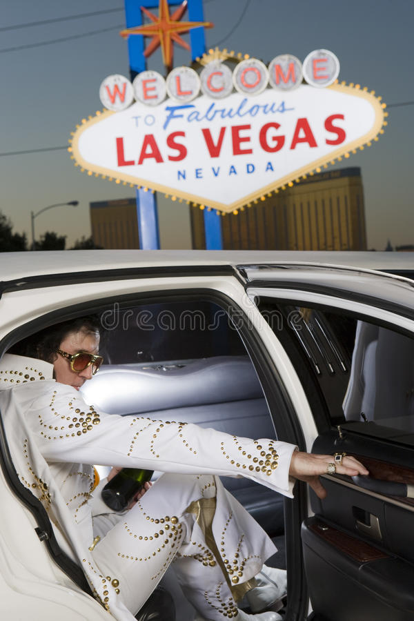 Elvis Presley Impersonator Stepping Out From-Auto royalty-vrije stock foto