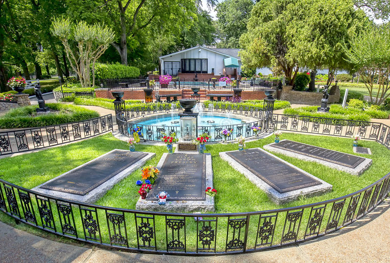 Burial Site, Resting Place Of Elvis Presley And His Parents In The  Meditation Garden At His Mansion, Graceland