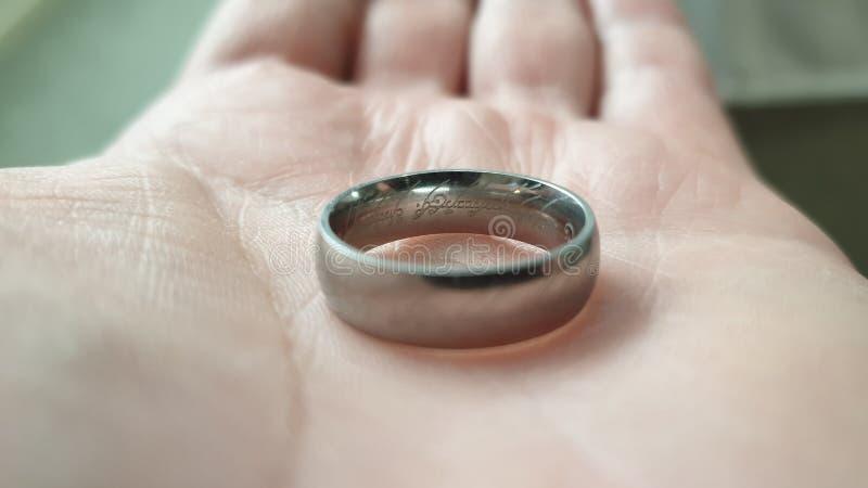 Elvish που γράφει σε ένα δαχτυλίδι στοκ φωτογραφίες