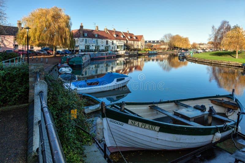 ELY, CAMBRIDGESHIRE/UK - 23 DE NOVEMBRO: Vista ao longo do rio Grea fotos de stock royalty free