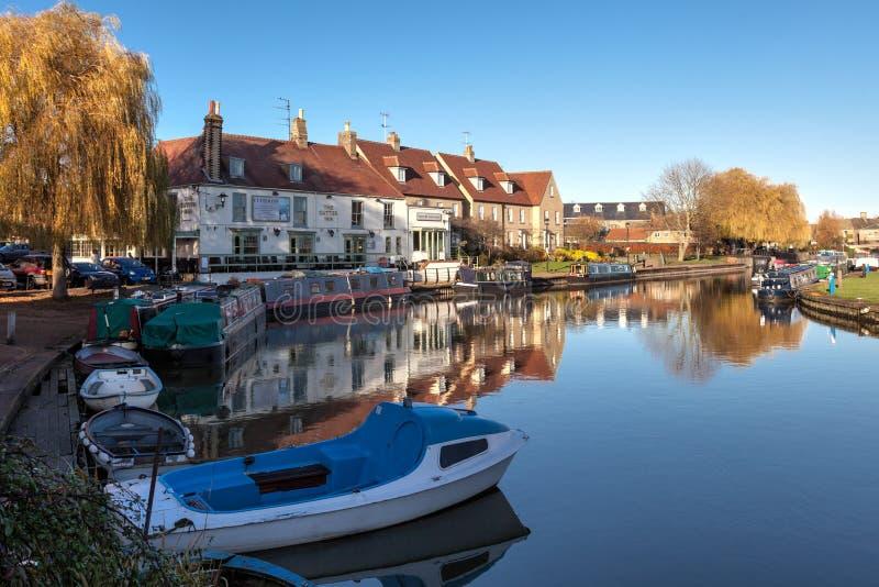 ELY CAMBRIDGESHIRE/UK - NOVEMBER 23: Sikt längs floden Grea royaltyfri foto