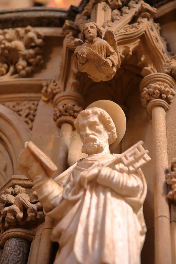 """ELY, REINO UNIDO - 26 DE MAYO DE 2017: El interior primer del †de la catedral """"en una estatua de San Pedro que lleva a cabo una foto de archivo libre de regalías"""