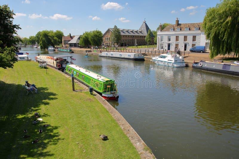 ELY, UK - MAJ 26, 2017: Brzeg rzeki w wiośnie z cumować barkami na Wielkiej Ouse rzece tradycyjnych domach i fotografia stock