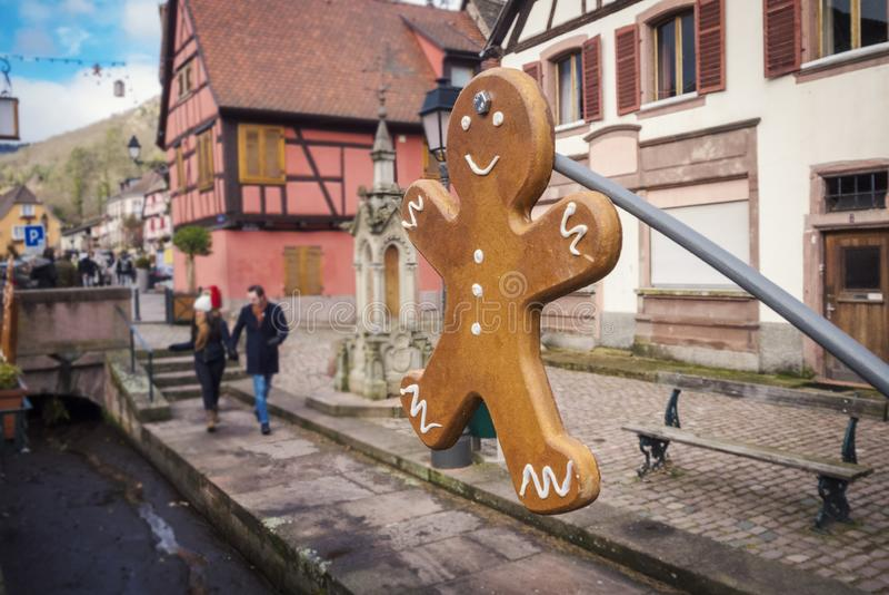 ELZAS, FRANKRIJK - DECEMBER 28, 2018: Het peperkoekbeeldje versiert de straten van de Elzas tijdens de Kerstmisvakantie stock foto