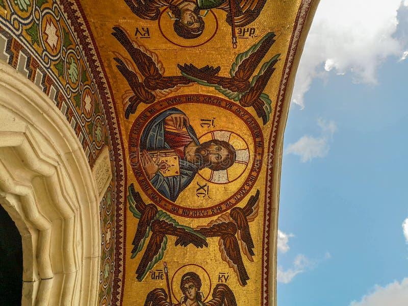 Em agosto de 2018 - Chipre: Aturdindo a arte finala do mosaico acima da entrada do monastério ortodoxo grego de Kykkos da Virgem  foto de stock royalty free