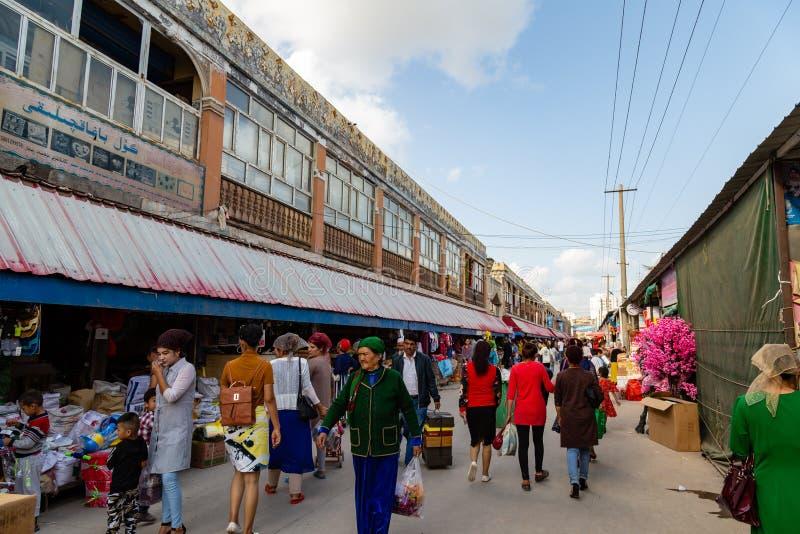 Em agosto de 2017, Kashgar, Xingjiang, China: o mercado famoso de Kashgar, um destino popular de domingo ao longo da Rota da Seda foto de stock