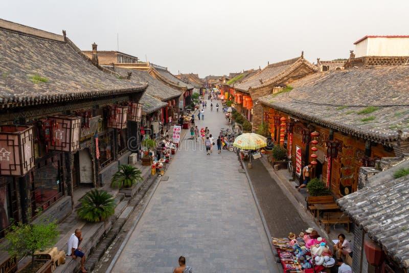 Em agosto de 2013 - Pingyao, província de Shanxi, China - vista de ruas de Pingyao no por do sol da torre da construção do govern foto de stock royalty free