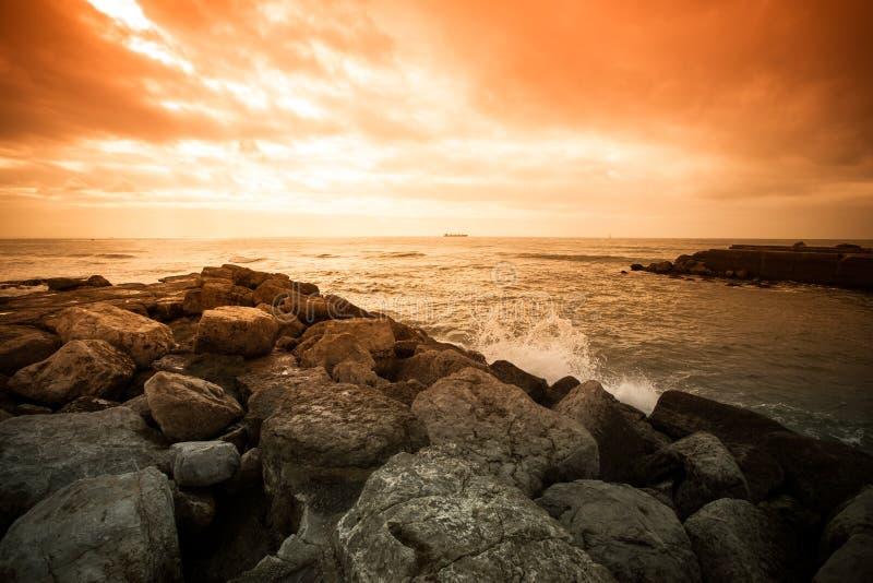 Em antecipação à tempestade Céu dramático na costa de pedra de foto de stock