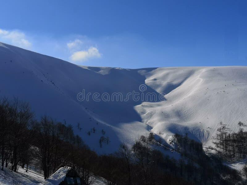 Em antecipação a uma avalancha Escala de Borzhavsky - paisagem do inverno fotos de stock royalty free