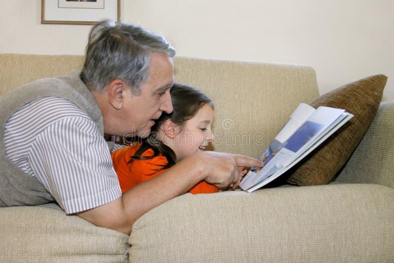 Em casa lendo foto de stock