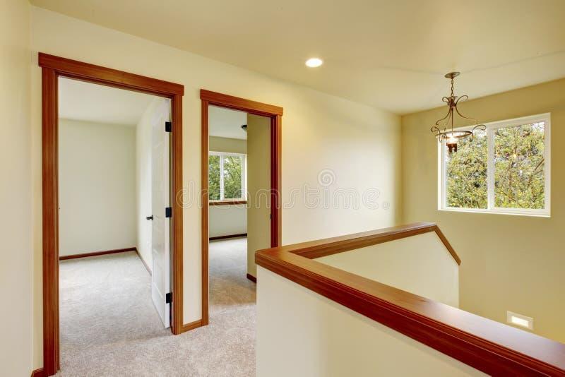 Em cima corredor com o assoalho da escadaria e de tapete imagens de stock royalty free