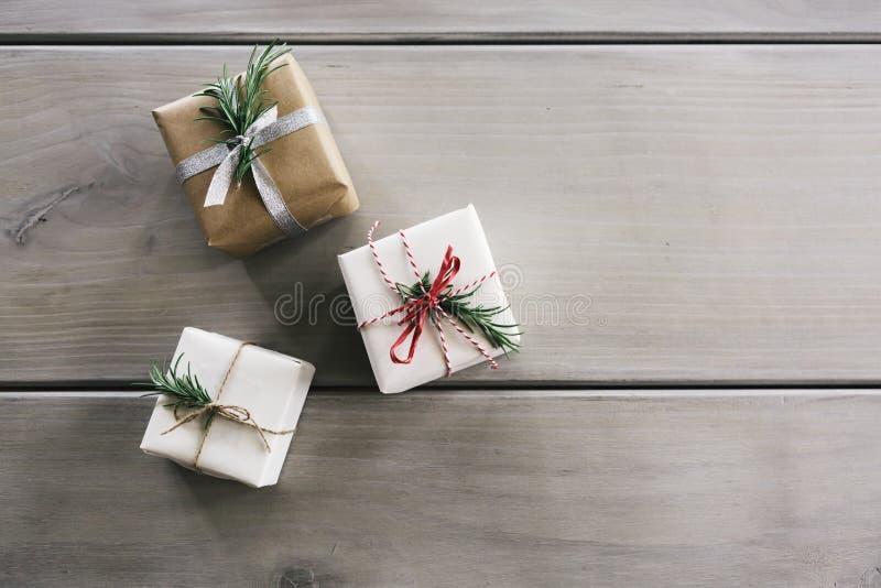 Em cima horizontalmente configuração de três presentes bonitos do Natal foto de stock royalty free