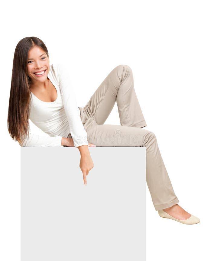 Em de assento da mulher/que mostra o sinal fotografia de stock royalty free