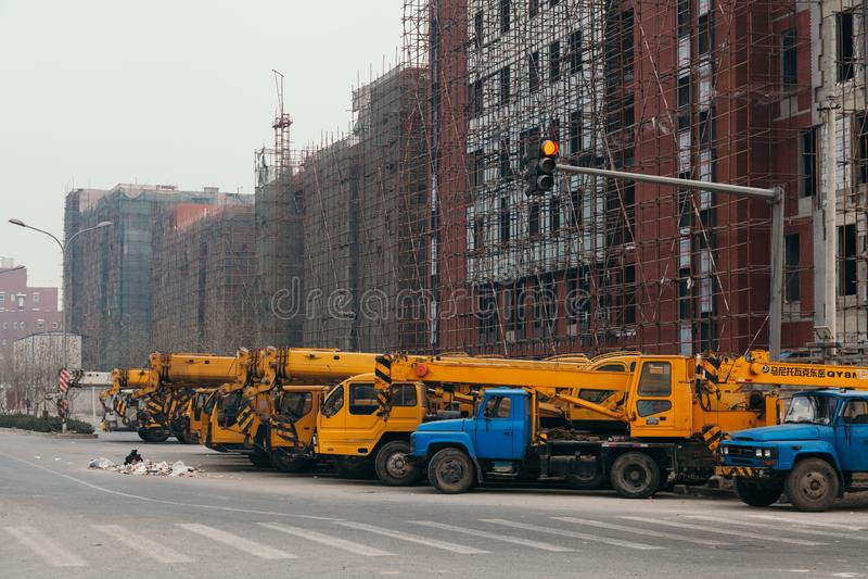 14, em dezembro de 2014 - Pequim China, caminhões amarelos do guindaste imagens de stock royalty free