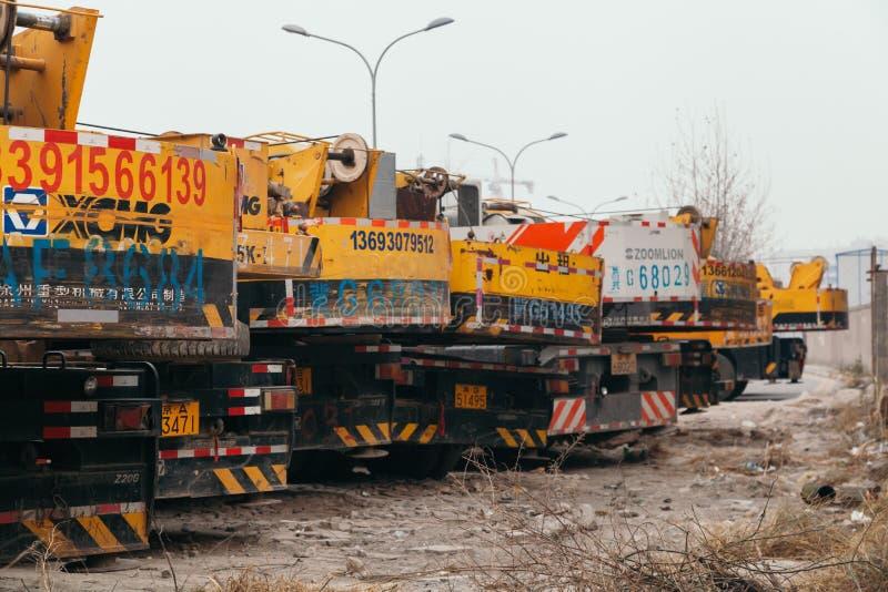 14, em dezembro de 2014 - Pequim China, caminhões amarelos do guindaste fotos de stock royalty free