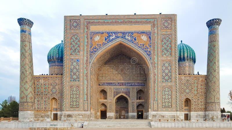 Em dezembro de 2018, Usbequistão, Samarkand, quadrado de Registan, Madrasa Sherdor 'residente dos leões ' fotografia de stock royalty free