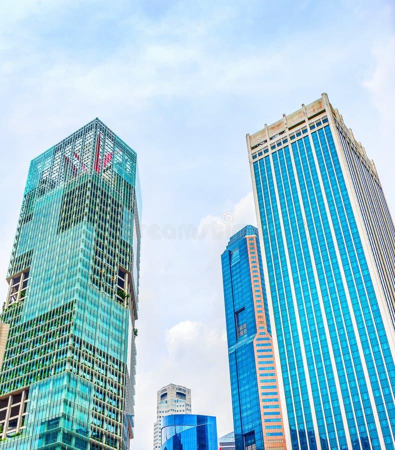 Em dire??o ao c?u vista de arranha-c?us de Singapura imagens de stock royalty free