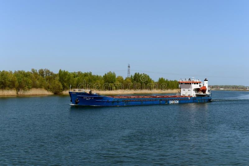 ` Em Don River perto da vila de Romanovskaya, região do ` Orel-4 do navio de carga seca de Rostov imagens de stock royalty free