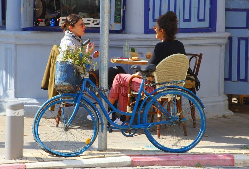Em fevereiro de 2019, terraço do café da rua das mulheres, bulevar de Rothschild, Tel Aviv imagens de stock royalty free