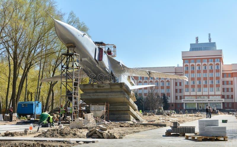 Em Gomel, o Su-24 foi instalado O monumento est? na avenida de Rechitsky na frente da constru??o principal do t?cnico imagem de stock royalty free