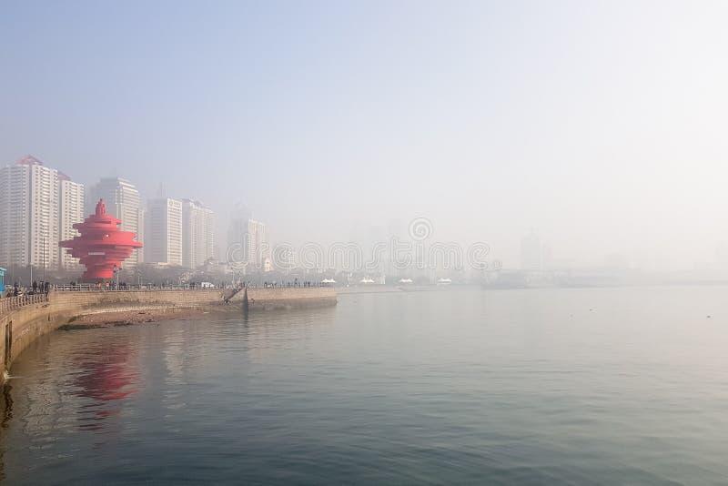 Em janeiro de 2018 - Qingdao, China - 4o Maty Square encoberta pela poluição do inverno imagem de stock