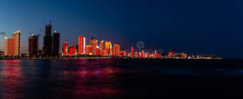 Em julho de 2018 - Qingdao, China - o lightshow novo da skyline de Qingdao criado para a cimeira de SCO fotografia de stock