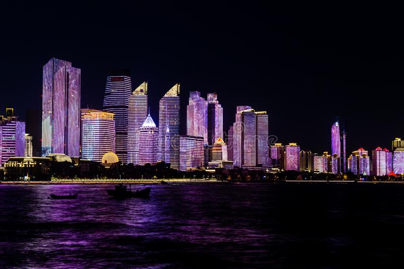 Em julho de 2018 - Qingdao, China - o lightshow novo da skyline de Qingdao criado para a cimeira de SCO fotos de stock