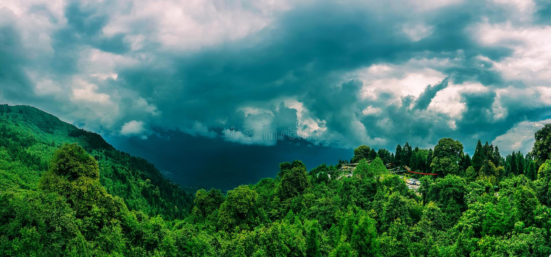 Em julho de 2018, Sikkim, Índia: Uma vista panorâmica da cordilheira Himalaia do ponto de opinião do hanumantok durante um dia ne fotografia de stock