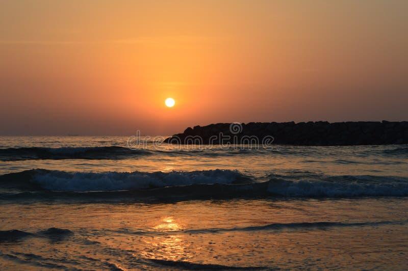 Em junho de 2019, Emiratos Árabes Unidos, Ajman Por do sol na angra árabe persa fotos de stock
