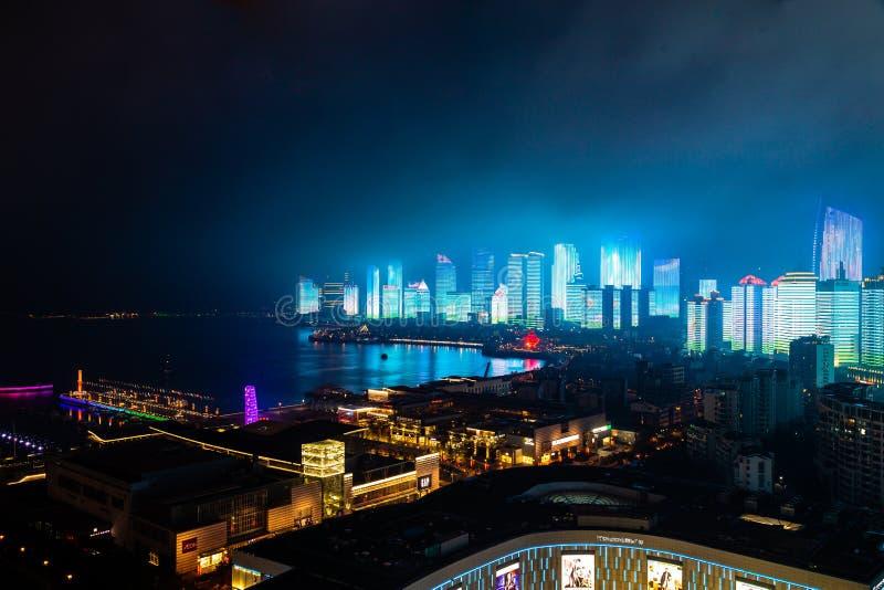 Em junho de 2018 - Qingdao, China - o lightshow novo da skyline de Qingdao criado para a cimeira de SCO imagens de stock royalty free