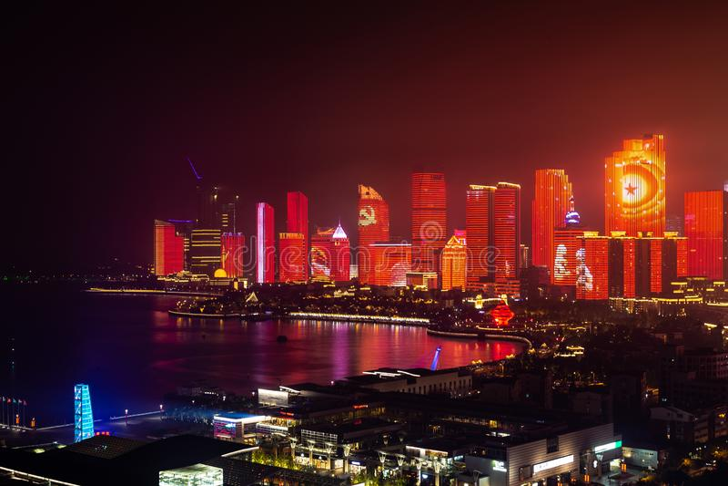 Em junho de 2018 - Qingdao, China - o lightshow novo da skyline de Qingdao criado para a cimeira de SCO fotos de stock royalty free