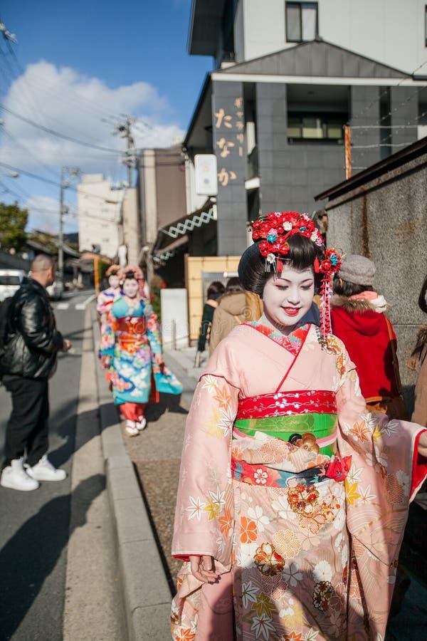 2012 em Kyoto, Japão, mulheres bonitas não identificadas no traditiona fotos de stock